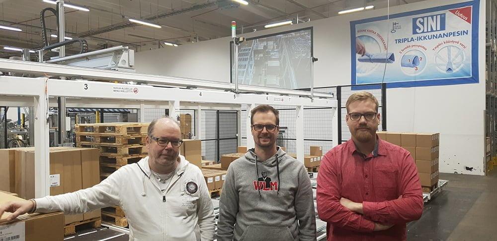 kuva miehistä Sinituotteen tehtaalla
